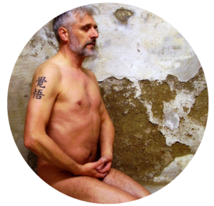 Mann nacktes Yoga machend
